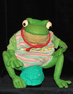 Frosch Max (Klappmundpuppe). Foto: Christine Rothstein, Theater Arlequin Wien