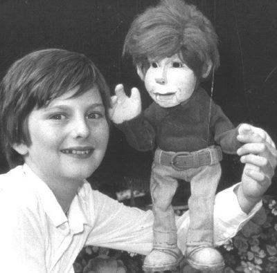 Hadschi Bankhofer im Alter von 12 Jahren mit der Marionette Karli Katastrofsky