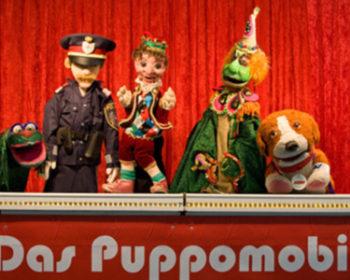 Das Puppomobil. vlnr: Stinkistinki, Insp. Pomeisl, Kasperl, Tintifax, Barry.