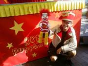 Robert Swoboda, Moderator und Puppenspieler, mit Ronald vor der Vorstellung