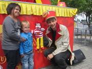Gerald Meloun, Moderator und Puppenspieler, mit Fans