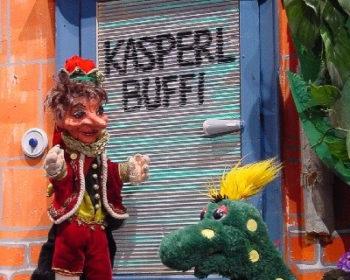Kasperl und Buffi vor ihrer Wohnung