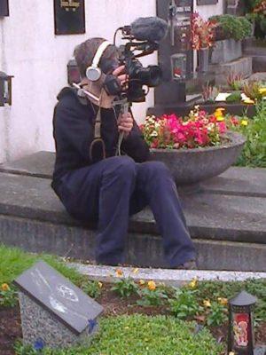 Hannes Ziegerhofer am Grab von Arminio Rothstein