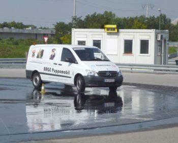 Unser Puppomobil, Mercedes Vito, auf nasser Farbahn in die Kurve....