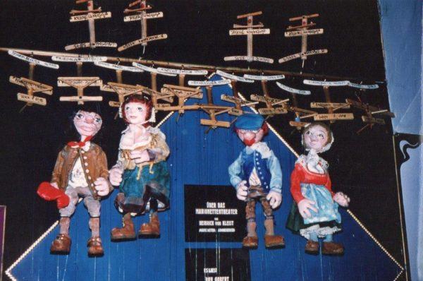 Bäuerliche Figuren von Arminio Rothstein vor ihrem Auftritt.
