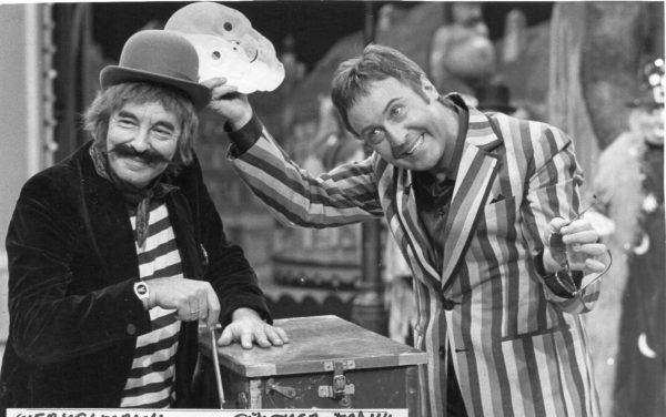Arminio Rothstein als Werkelmann und Günther Frank bei der ORF Silvester Show 1985.