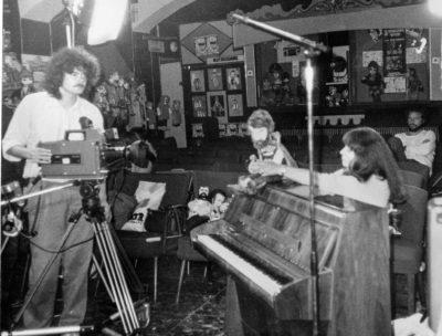 Theater Arlequin Wien: Okay Dreh im Theater mit Peter Hofbauer (richts hinten) und Vera Russwurm (vorne rechts) 1983