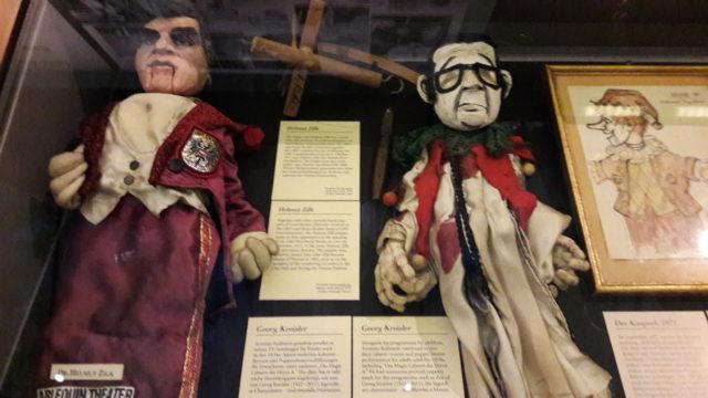 Theater Arlequin Wien: Vitrine im Prunksaal mit unseren Exponaten