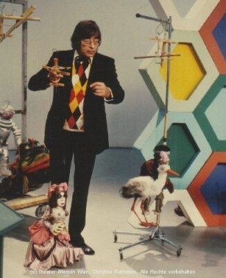 Arminio Rothstein zeigt mit seinen Marionetten das Marionettenspiel