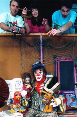 Clown HABAKUK (Arminio ROTHSTEIN) im Wohnwagen mit den Marionettenspielern Alfred SCHWARZ, Christine ROTHSTEIN,Gerald MELOUN und den Marionetten Papagei Jakob, Äffchen Tobias und dem Hund Toby.