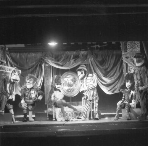 Im Hurenhaus: Mr.Peachum,Tiger Brown, Spelunken Jenny, Mackie, Hure, Filch