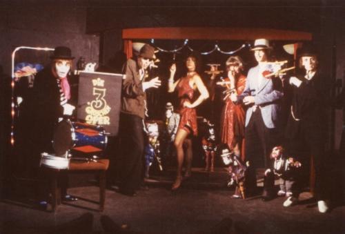 Marionetten und Menschen spielen die Dreigroschenoper. vlnr: Arminio Rothstein, Andreas Brezina, Christine Rothstein, Magda Brezina, Gerald Meloun, Ferdinand Resch