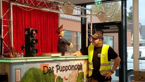 ElmerRossnegger-ModeratorundPuppenspieler-mit-Insp.Pomeisl